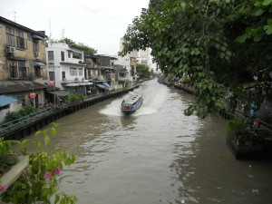 Huizen langs kanaal in Bangkok