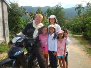 Met de kinderen in Vietnam