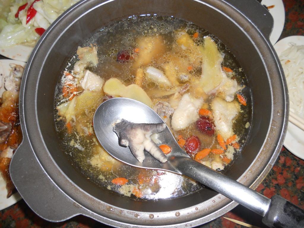 Eet smakelijk van de heerlijke kippenvoetjes die zeker niet kunnen ontbreken!